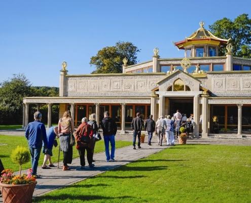 Temple - Menschen strömen in den Temple