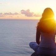 Meditierende am Wasser