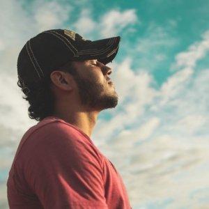Meditieren unter blauem Himmel